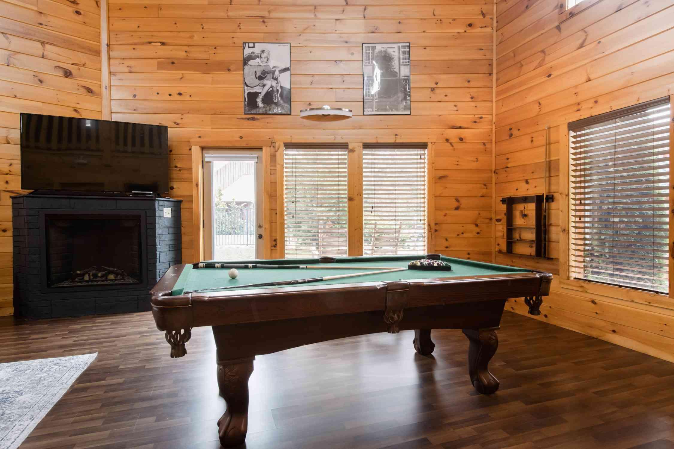 Cabaña moderna de madera con piscina cerca de Dollywood