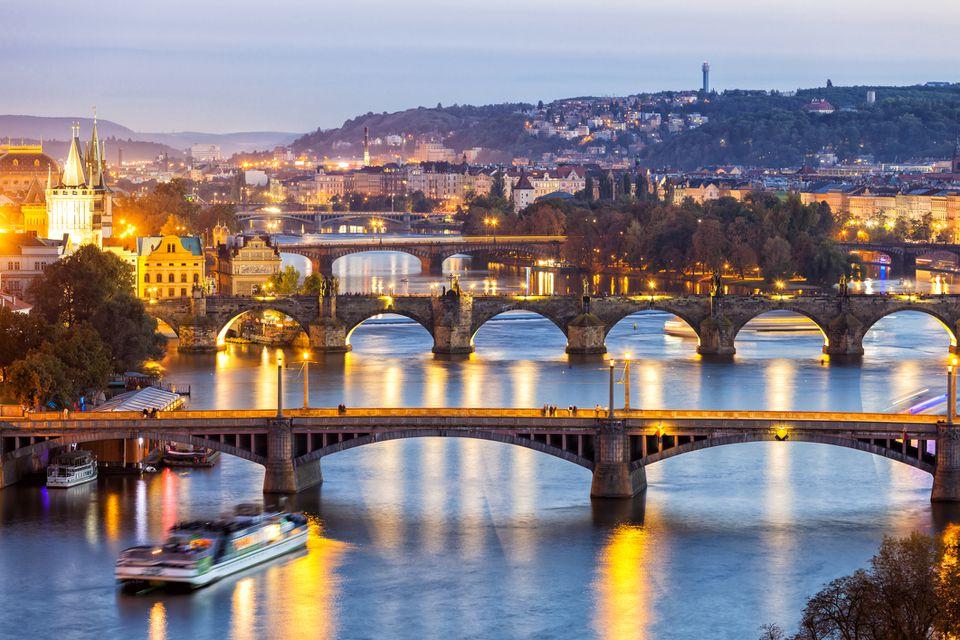 Puentes sobre el río Moldava al anochecer en Praga, República Checa