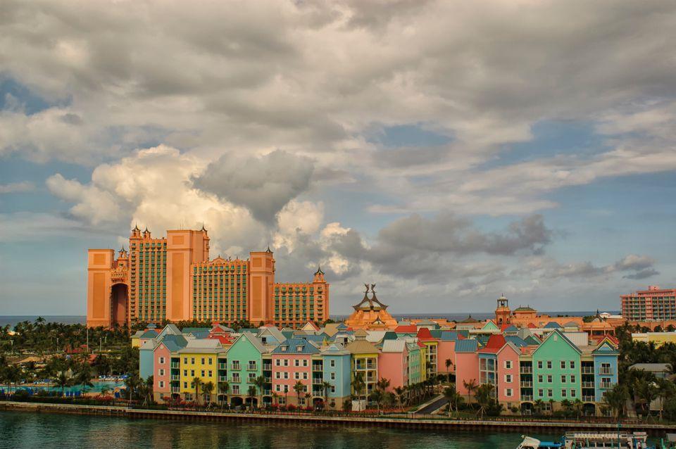 Vista de alto ángulo del mar contra edificios coloridos en la ciudad