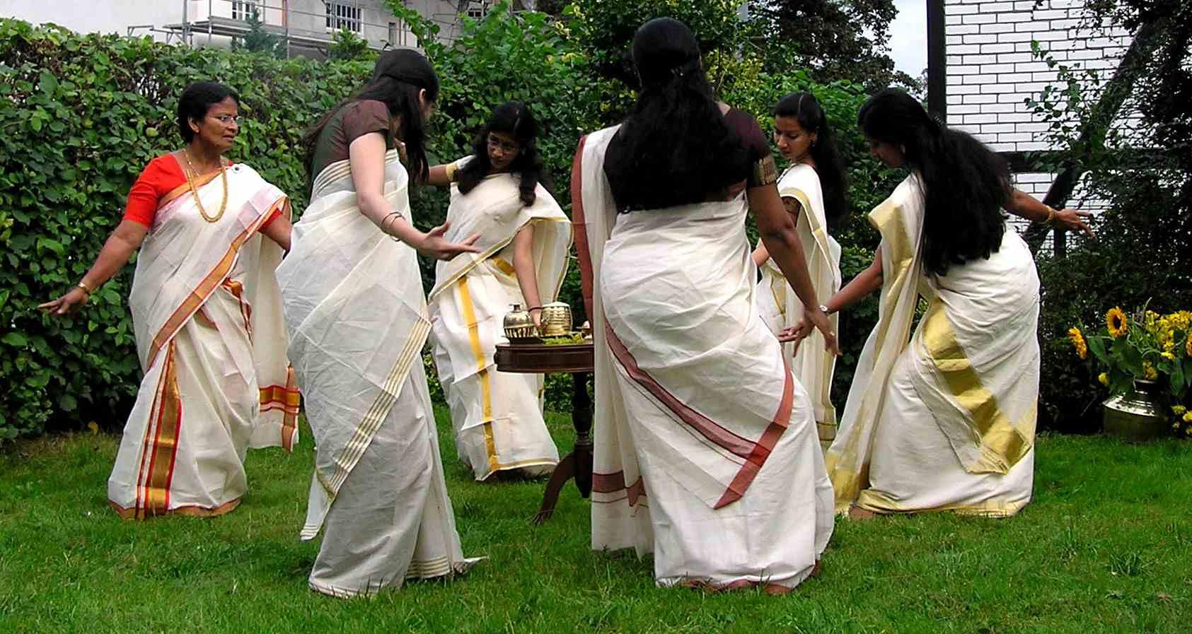 Frauen die Teilnahme an Thiruvathira Kali aus den Onam Feiern