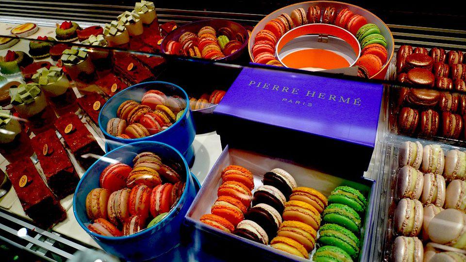Pierre Herme macarons exhibidos en París