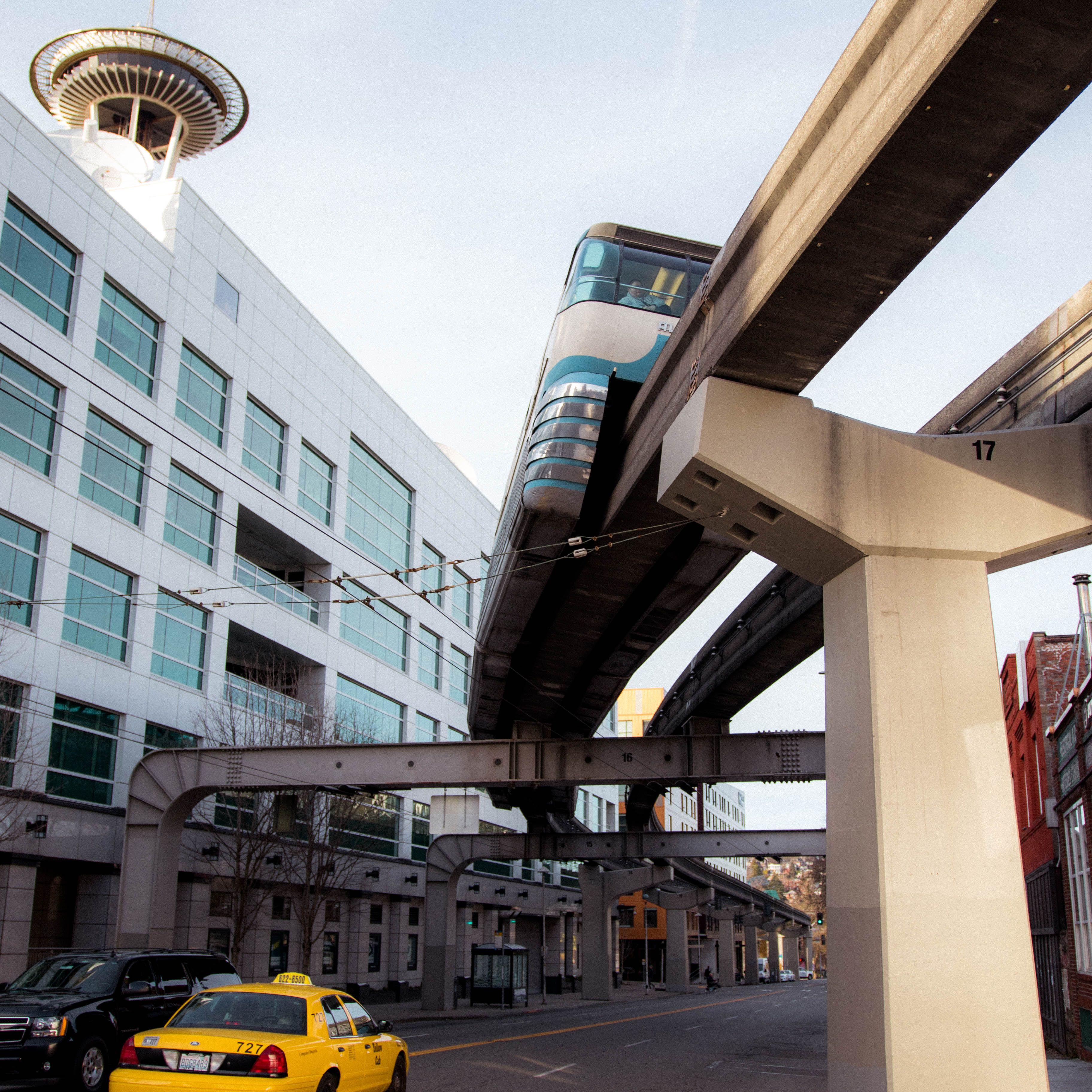 Coches que circulan debajo del tren elevado de Seattle