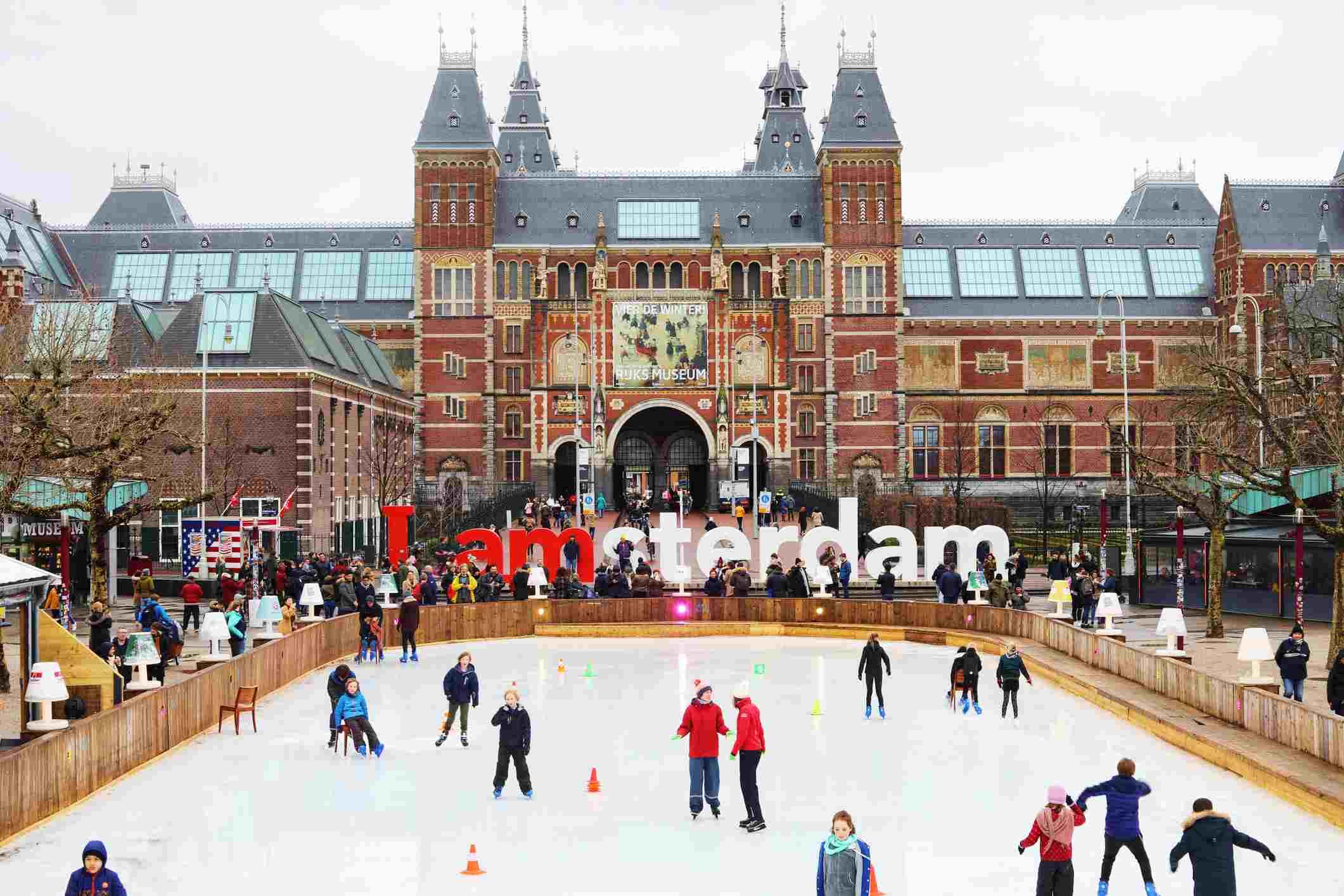 Pista de patinaje sobre hielo frente al museo