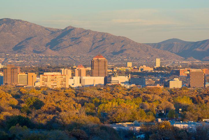 USA, New Mexico, Albuquerque, Skyline and Sandia Mountains