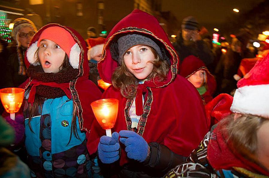 Montreal Christmas parade Marche de Noël aux flambeaux.