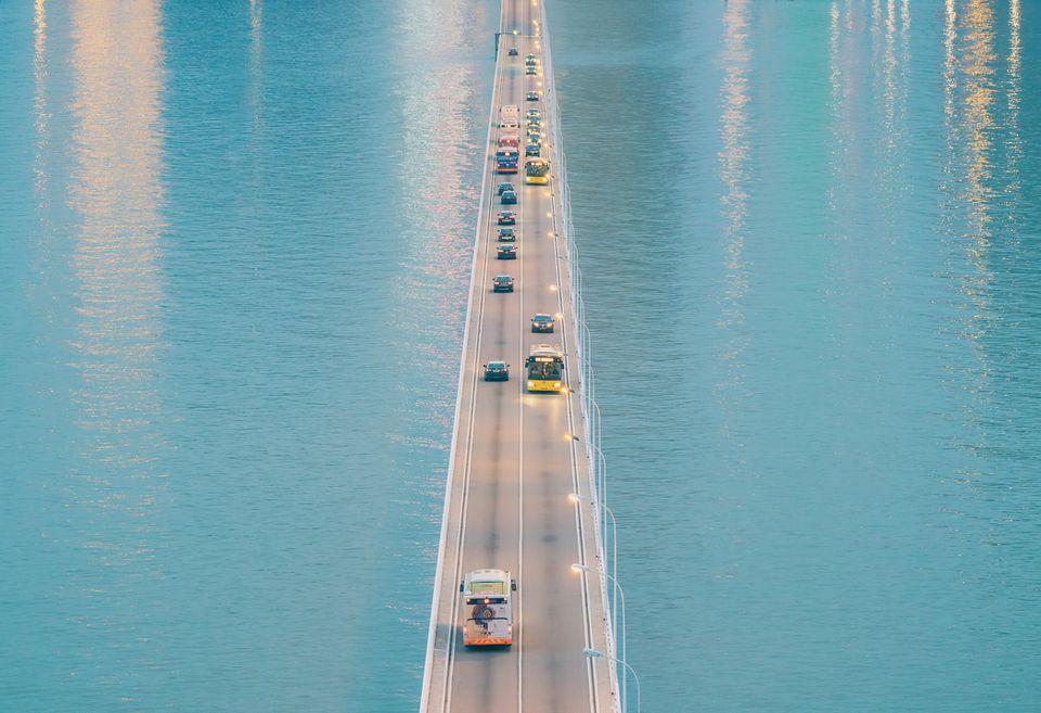 Coches en un puente en Macao