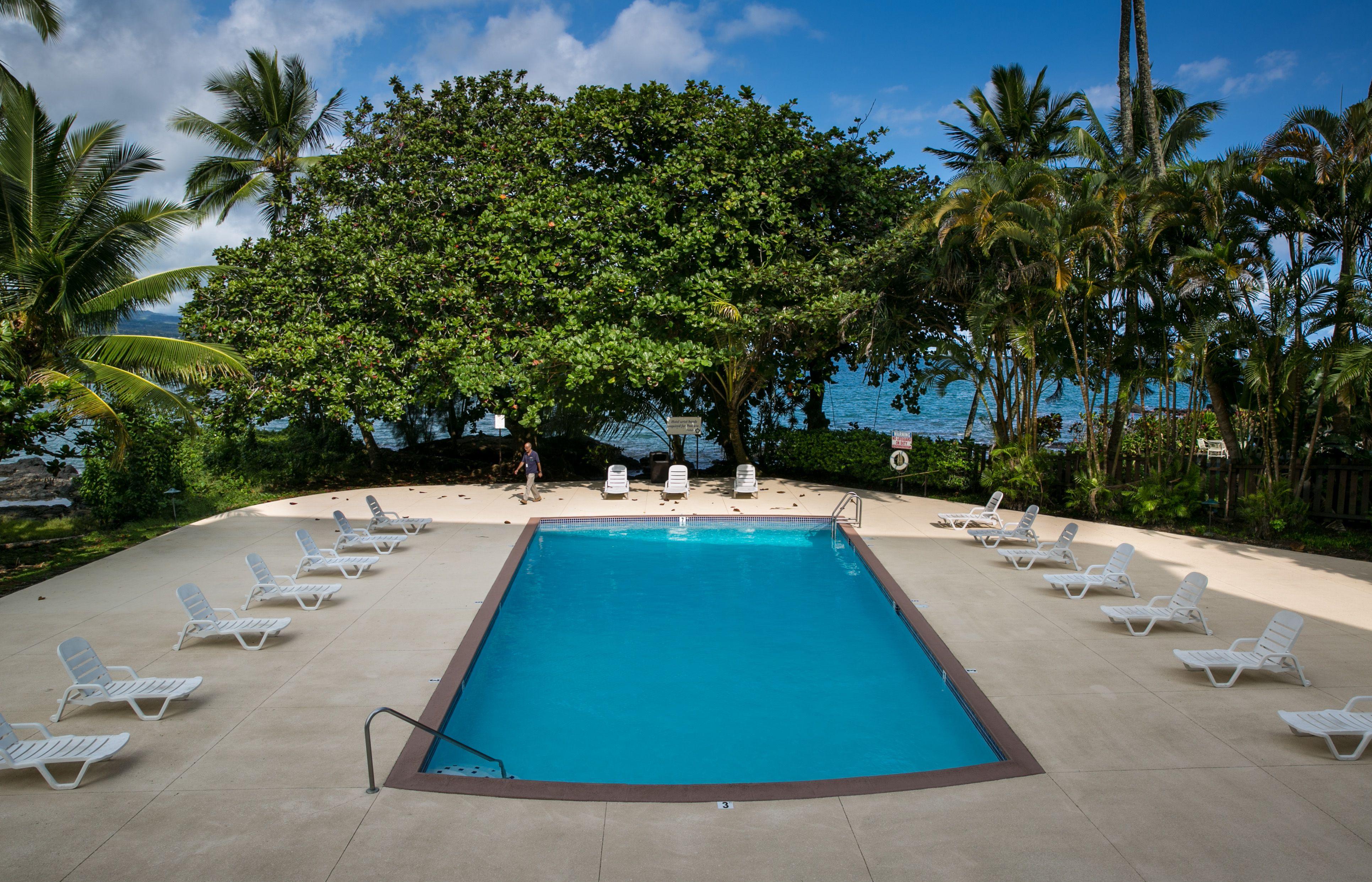 The swimming pool at the Hilo Hawaiian Hotel