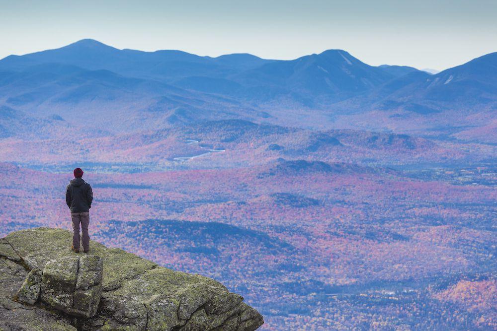 Mirando hacia abajo desde la cumbre de Whiteface Mountain