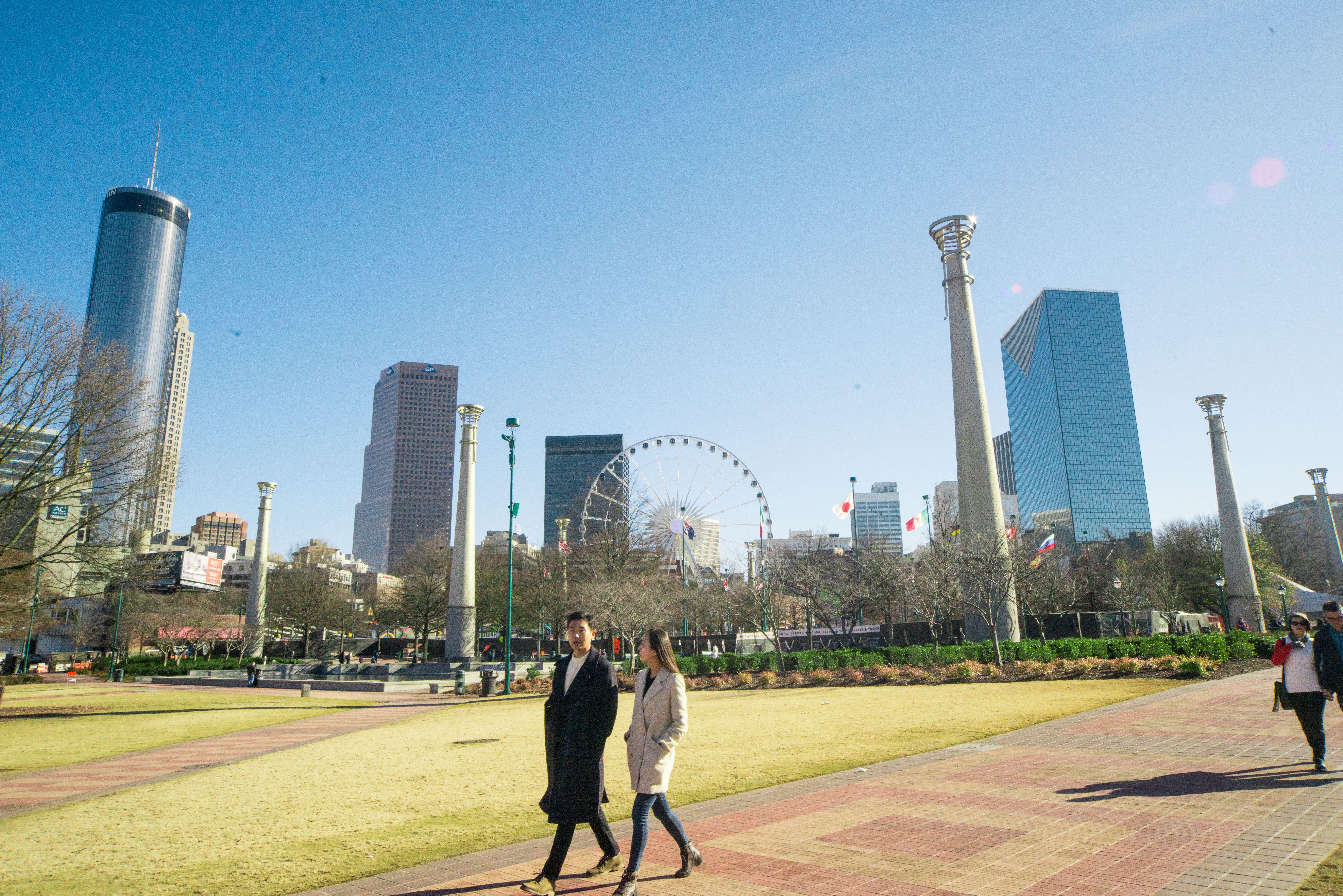 Plano amplio del Parque Centenario con vista del horizonte de Atlanta en la parte posterior