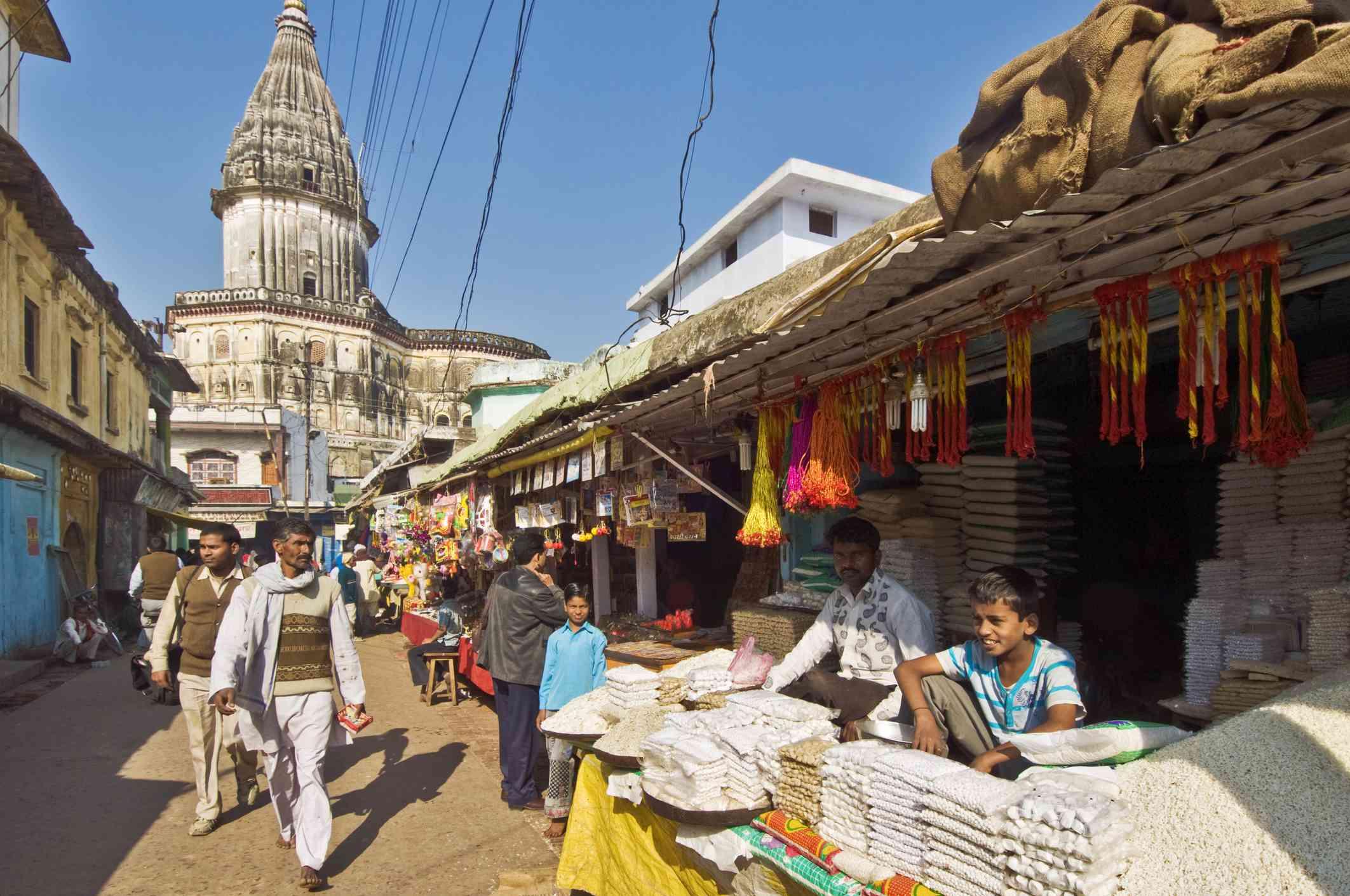 Los vendedores de Prasad esperan a los peregrinos en su camino para visitar el Templo Raj Duar
