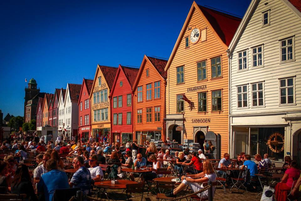 Crowds enjoying the sun, Bryggen, Bergen