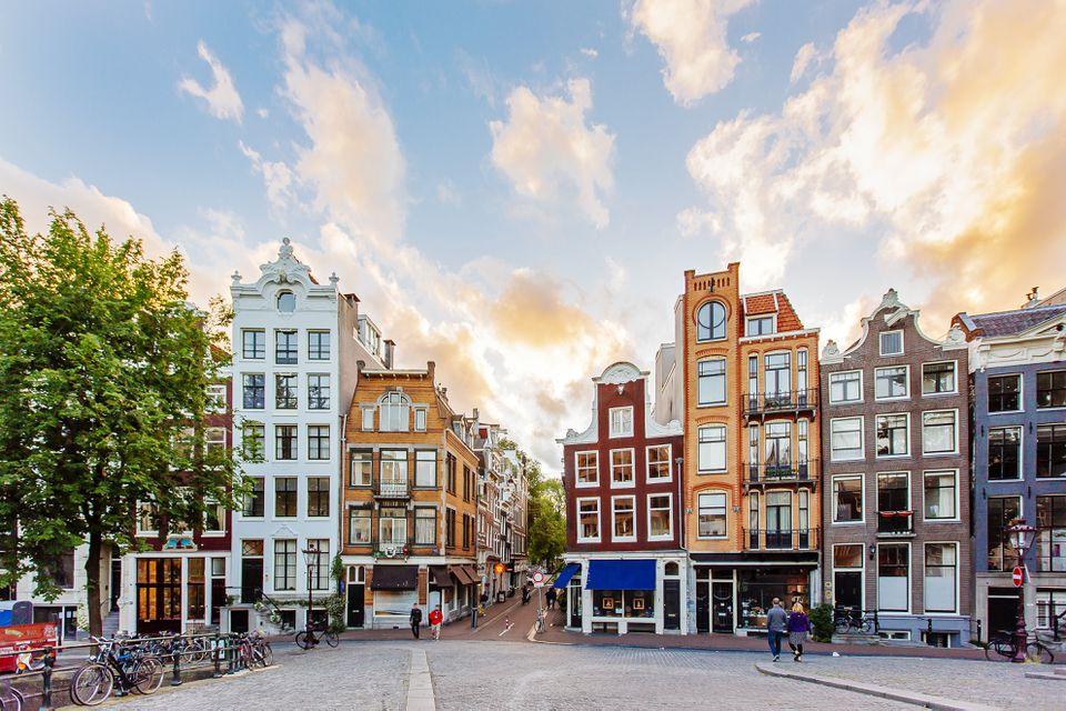 Horizonte de Amsterdam con casas tradicionales holandesas durante el atardecer, Holanda, Países Bajos