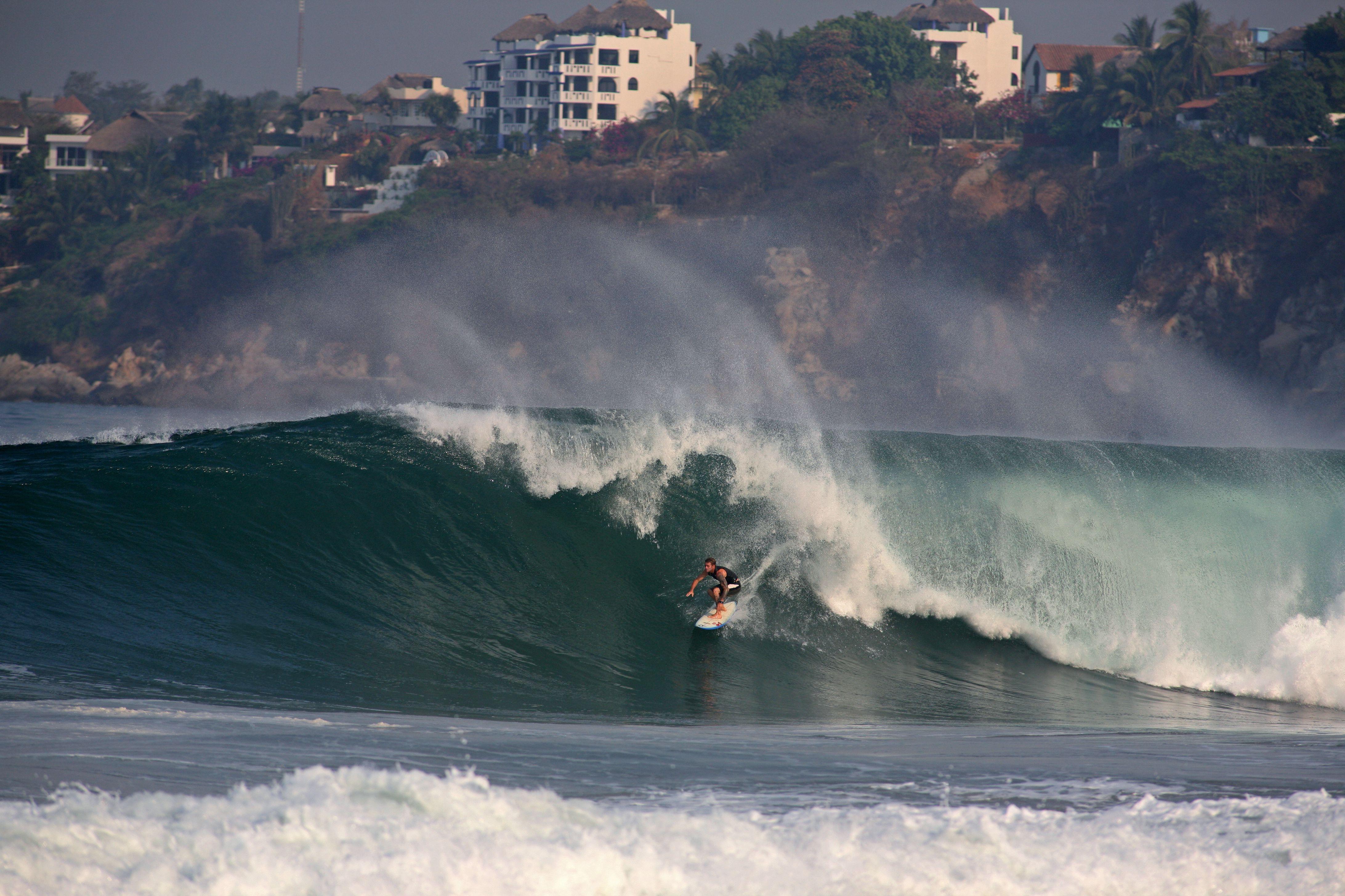 Surfista en una gran ola en Zicatela Beach, famosa playa de surf también conocida como Mexican Pipeline