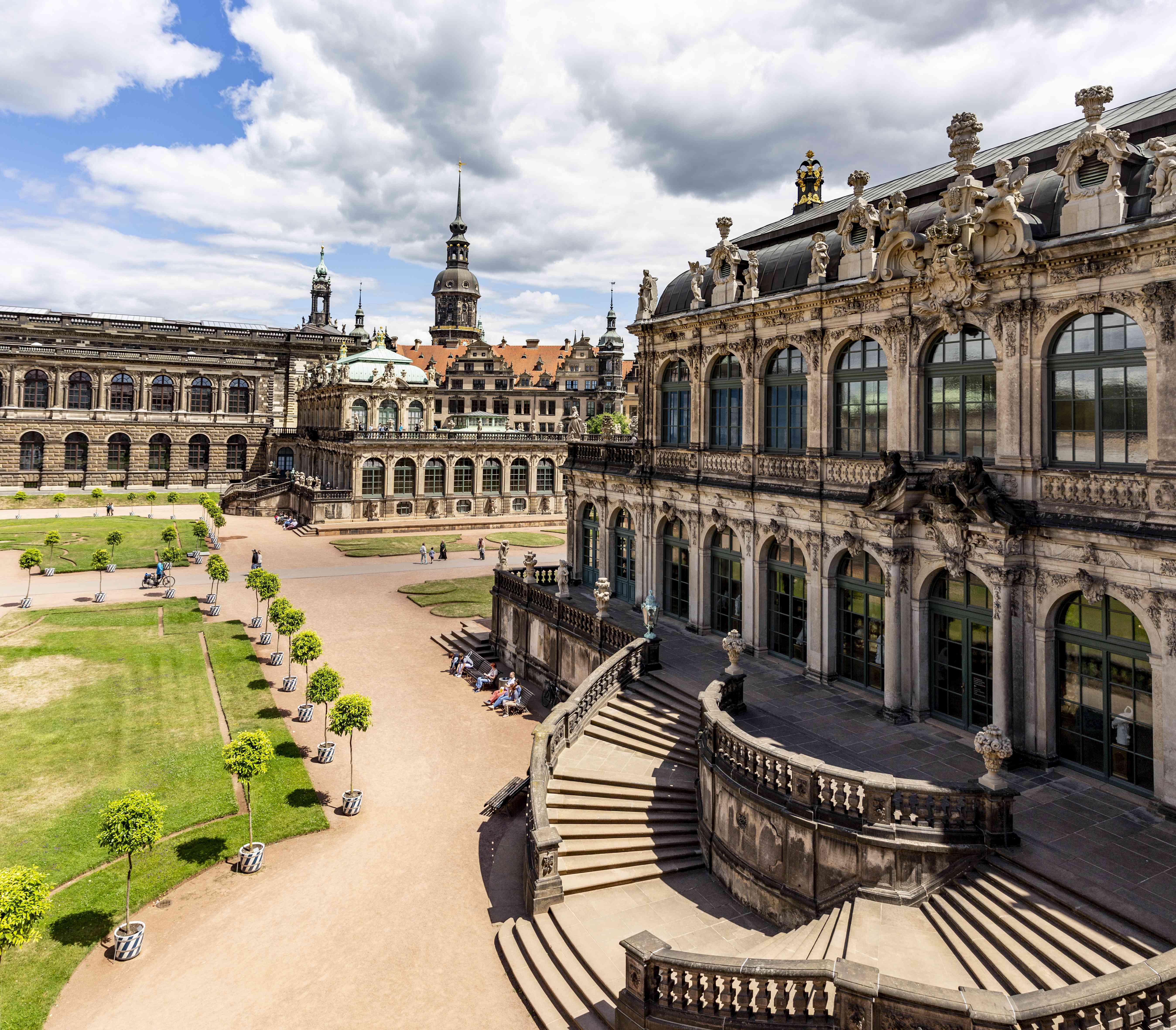 Gente caminando por el Palacio Zwinger