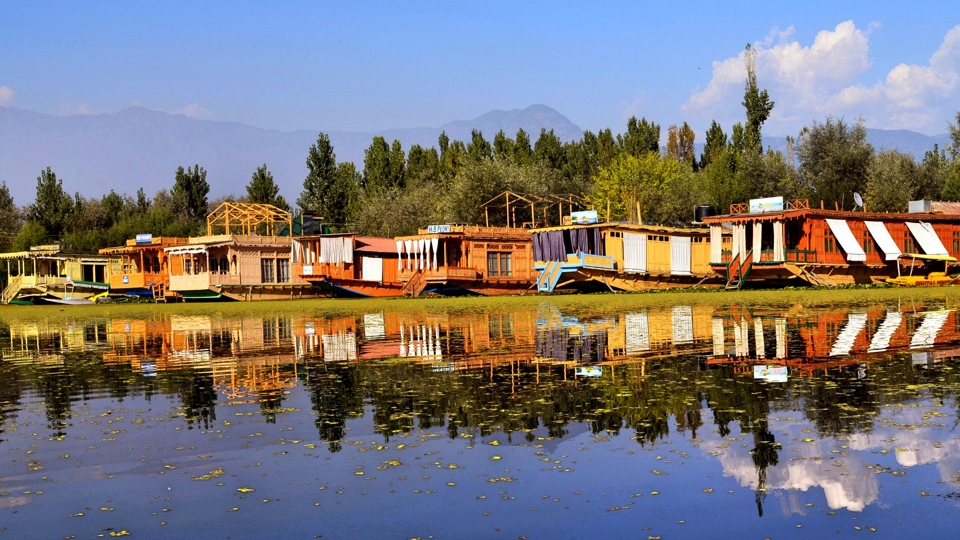 Choosing the Best Srinagar Houseboat
