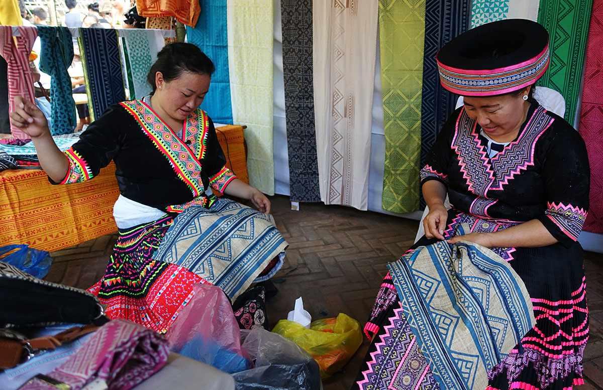 Hmong artisans sewing bags at Passa Paa