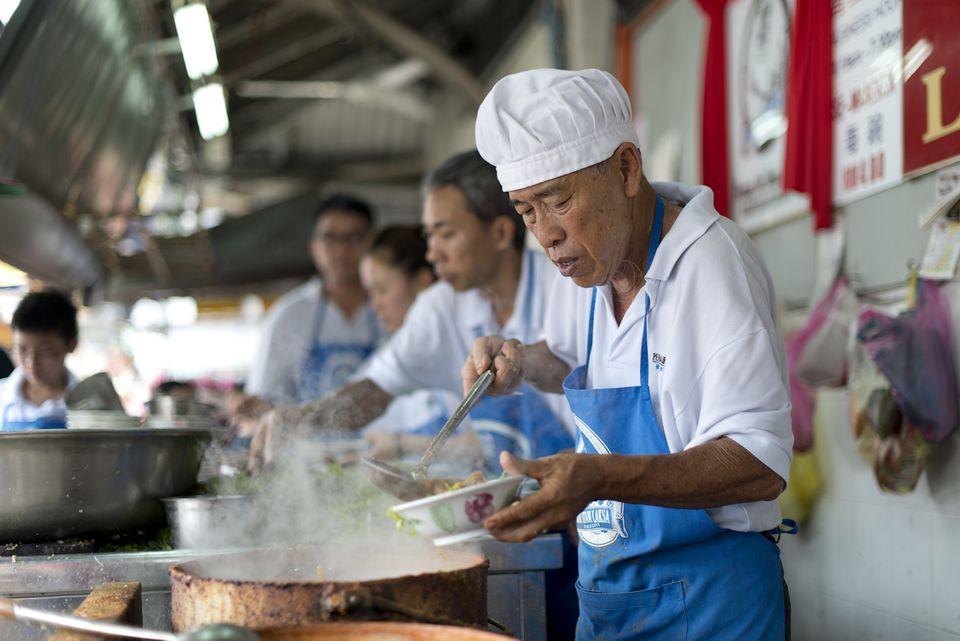 Un cocinero prepara comida callejera en Penang