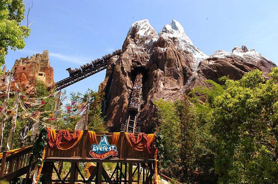 Ambiente en la Gran Inauguración de Expedition Everest en Walt Disney World el 7 de abril de 2006 en Orlando, Florida.