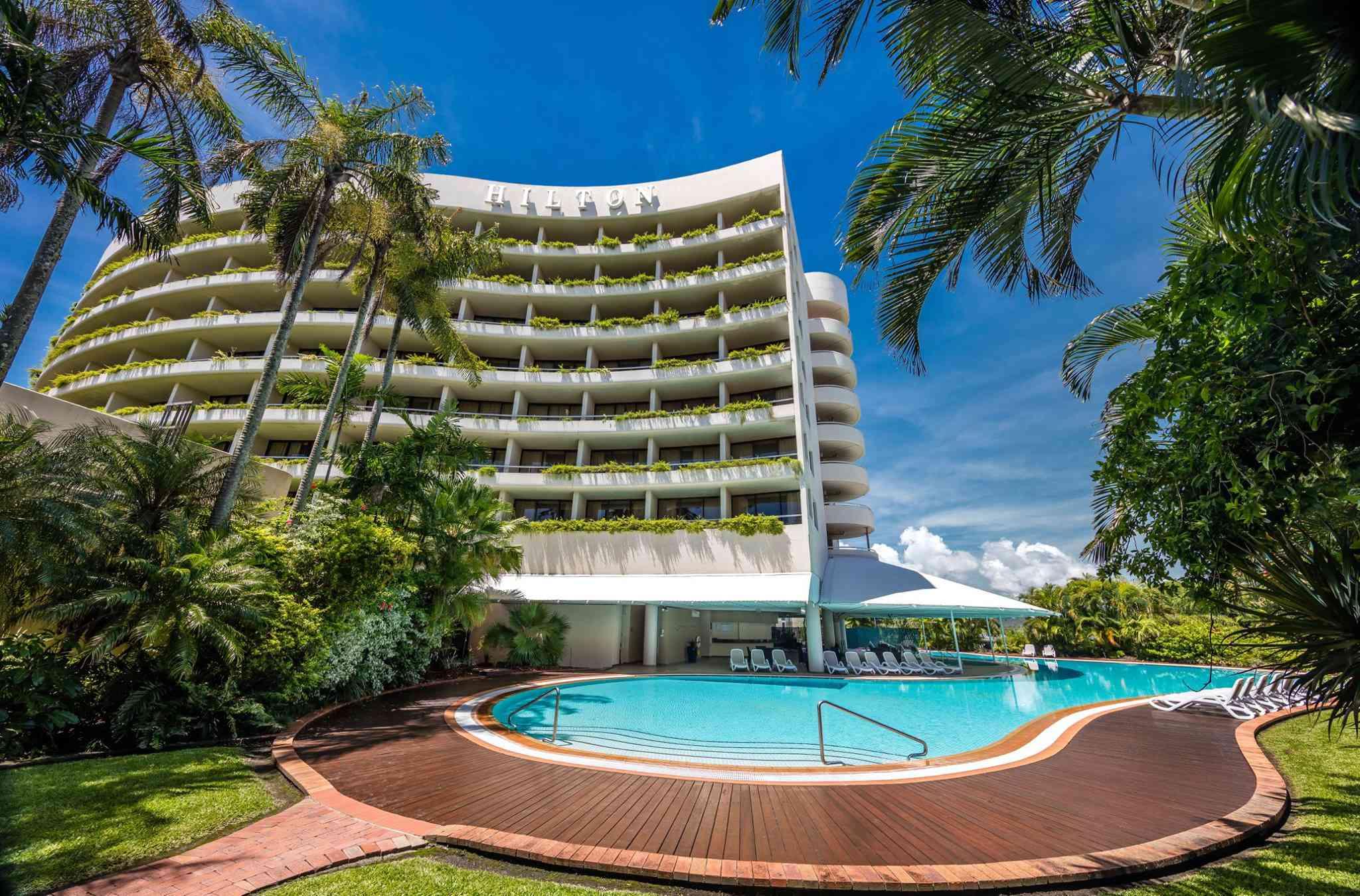 Exterior del hotel Hilton con piscina
