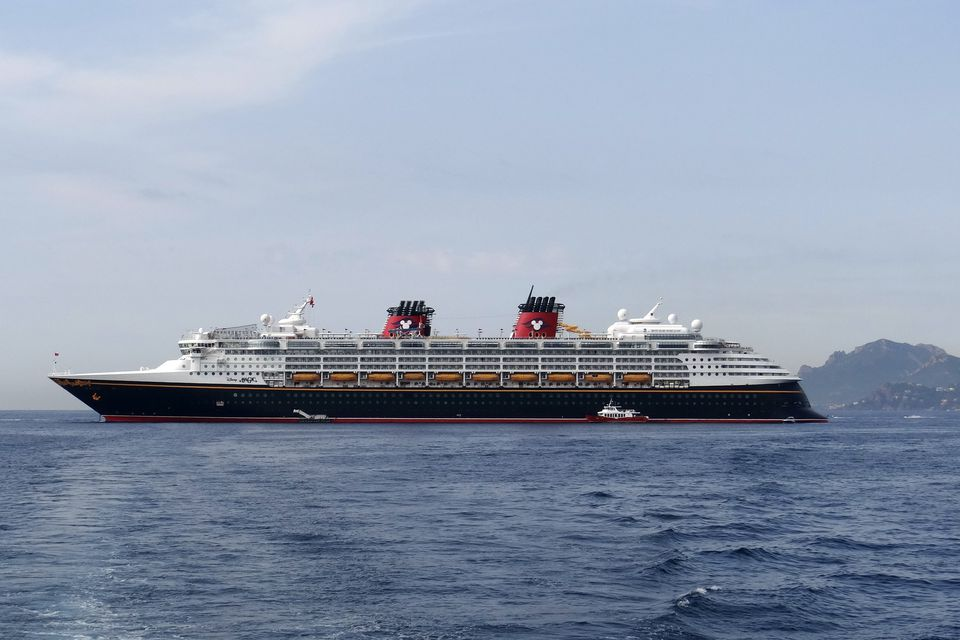 Disney Magic cruceros anclados en Cannes, Francia