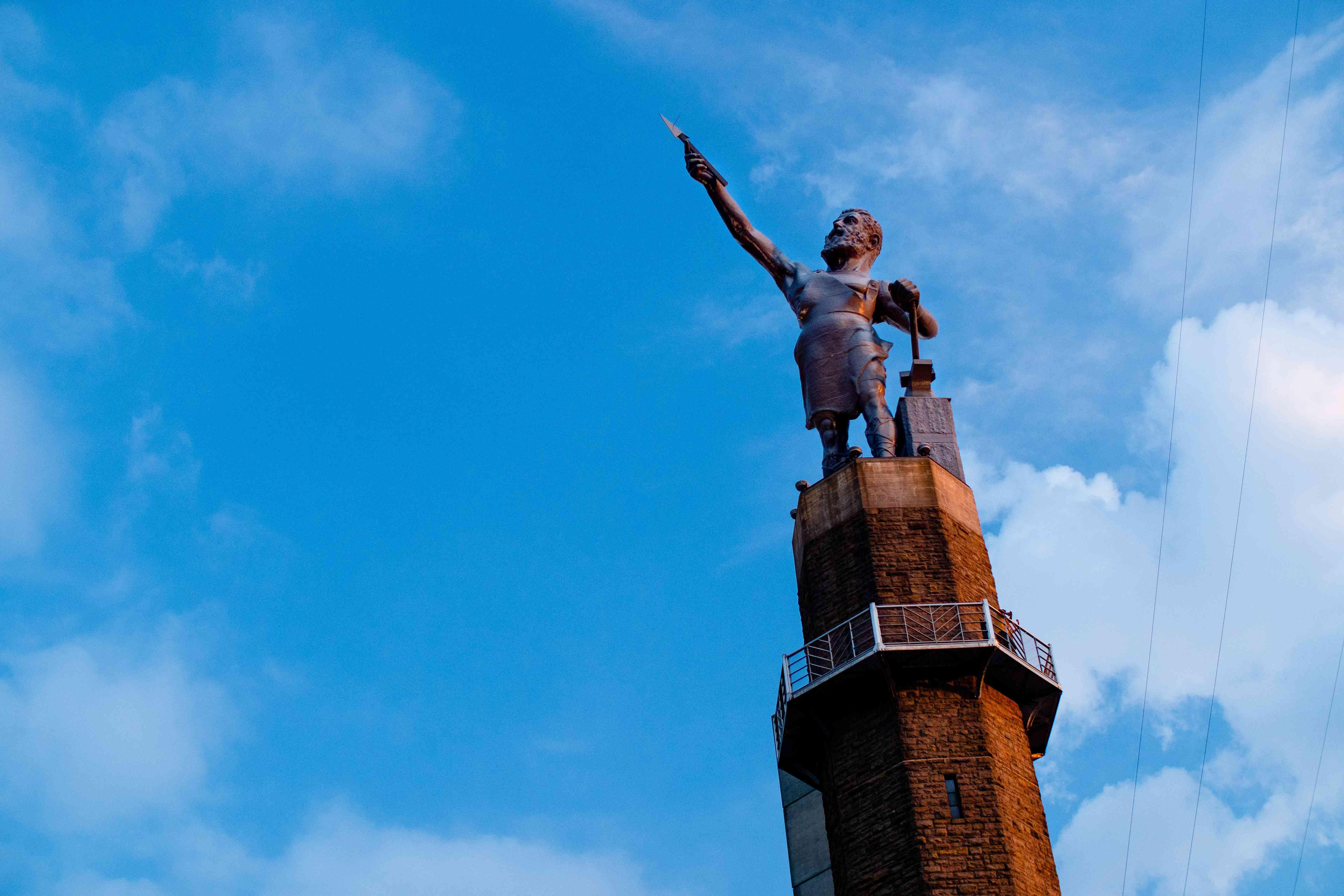 Estatua de hombre con una lanza en el Jardín de Esculturas Vulcano