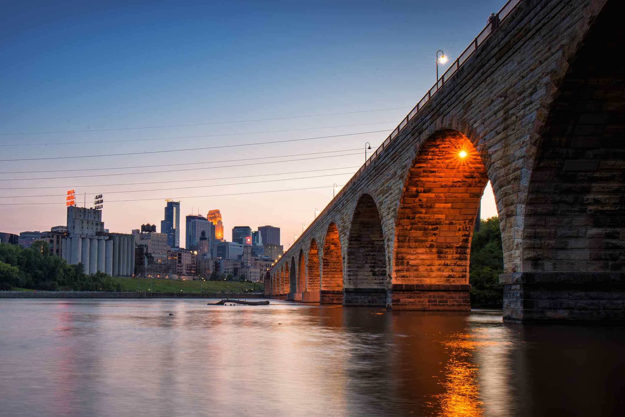 Vista del puente sobre el río en la ciudad