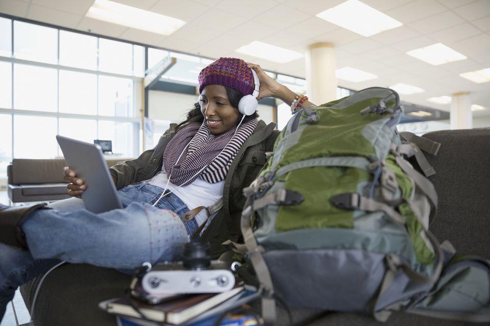 Chica en el aeropuerto con mochila