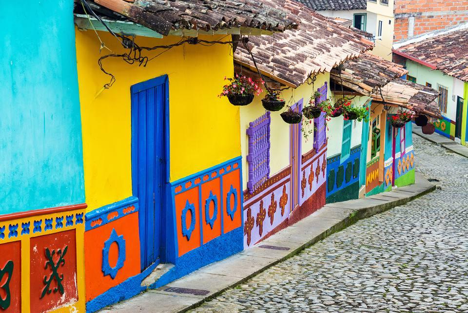 Calle adoquinada por casas multicolores en la ciudad