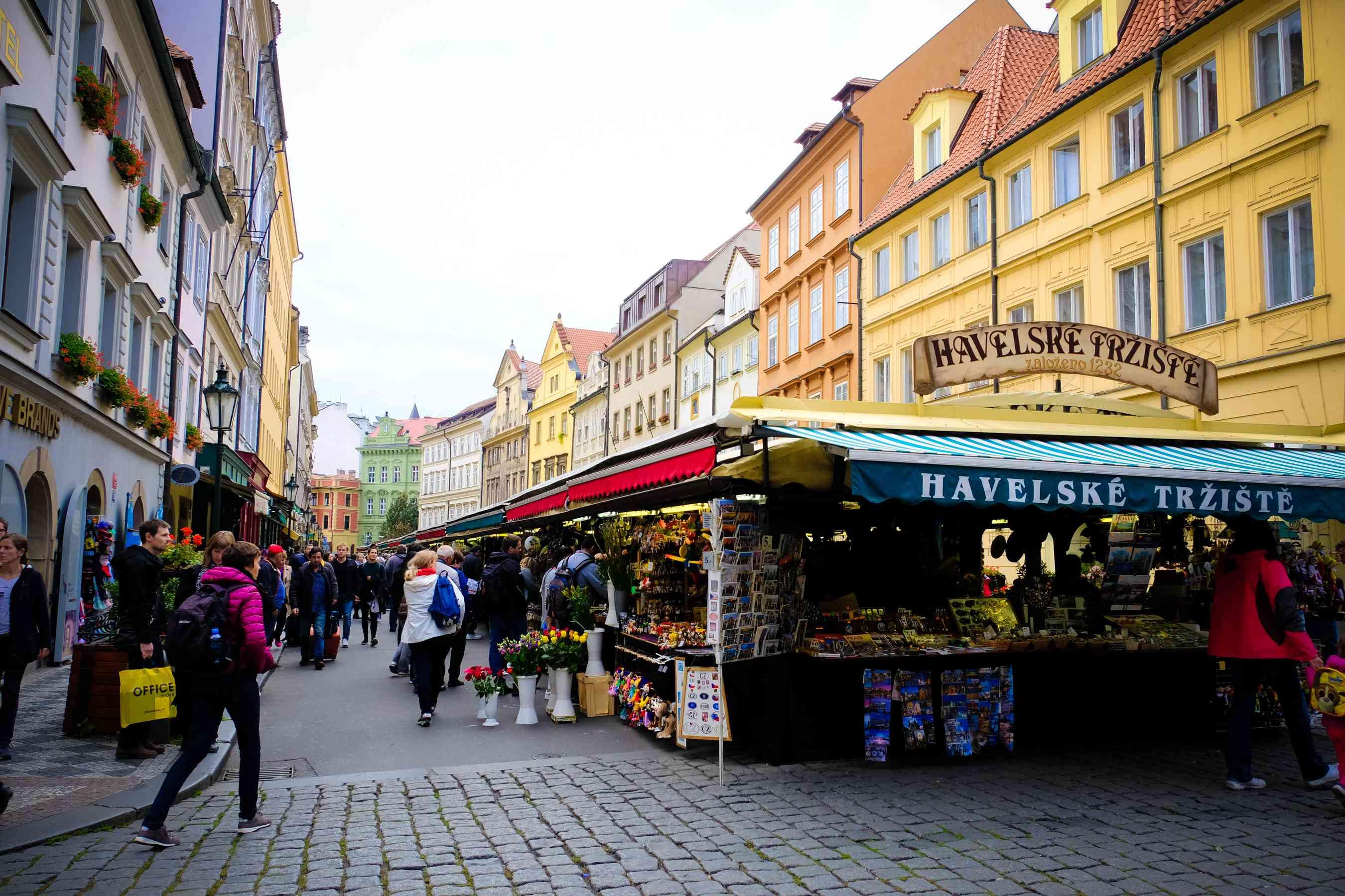 Un mercado de venta de recuerdos en Praga
