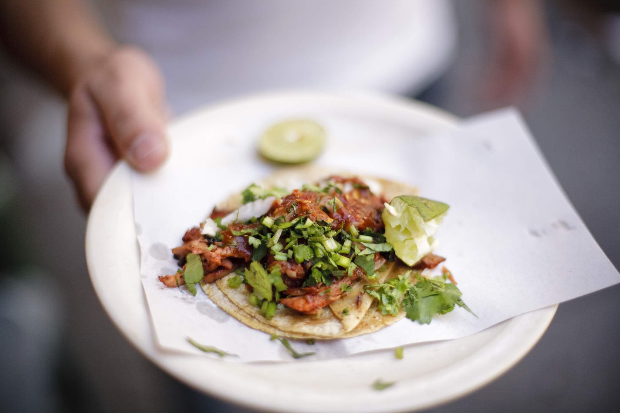 Taco servido de un vendedor ambulante en la Ciudad de México, México