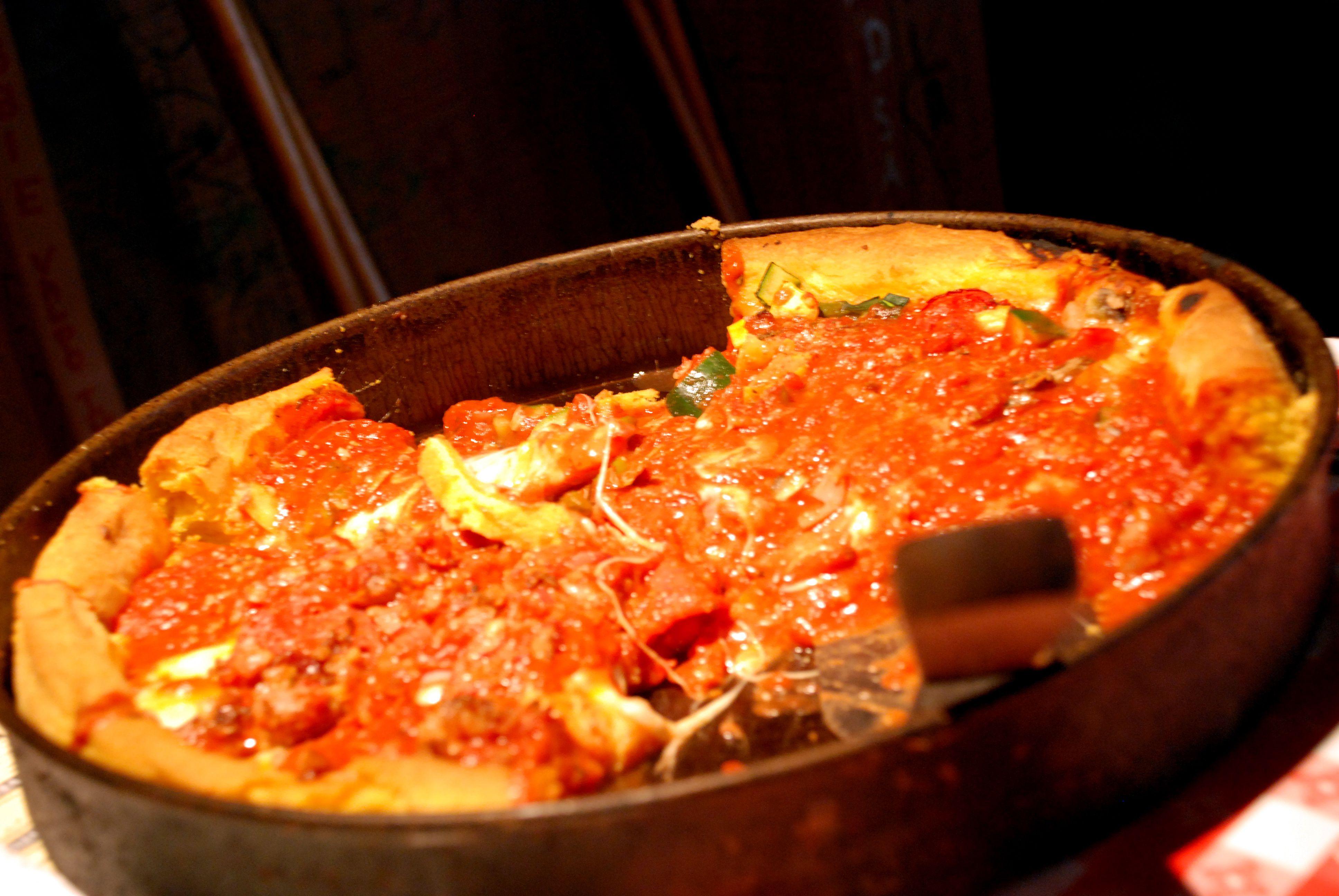 Половина мяса, половина вегетарианская глубокого блюда пицца с Востока Джино