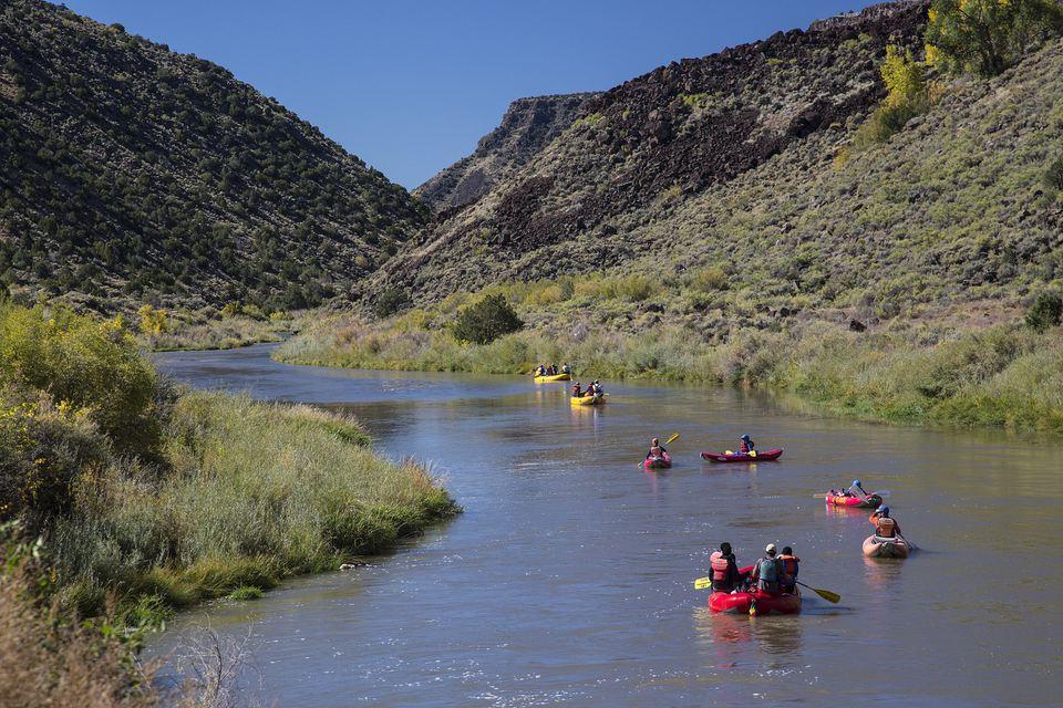 Kayak por el Río Grande fuera de Albuquerque