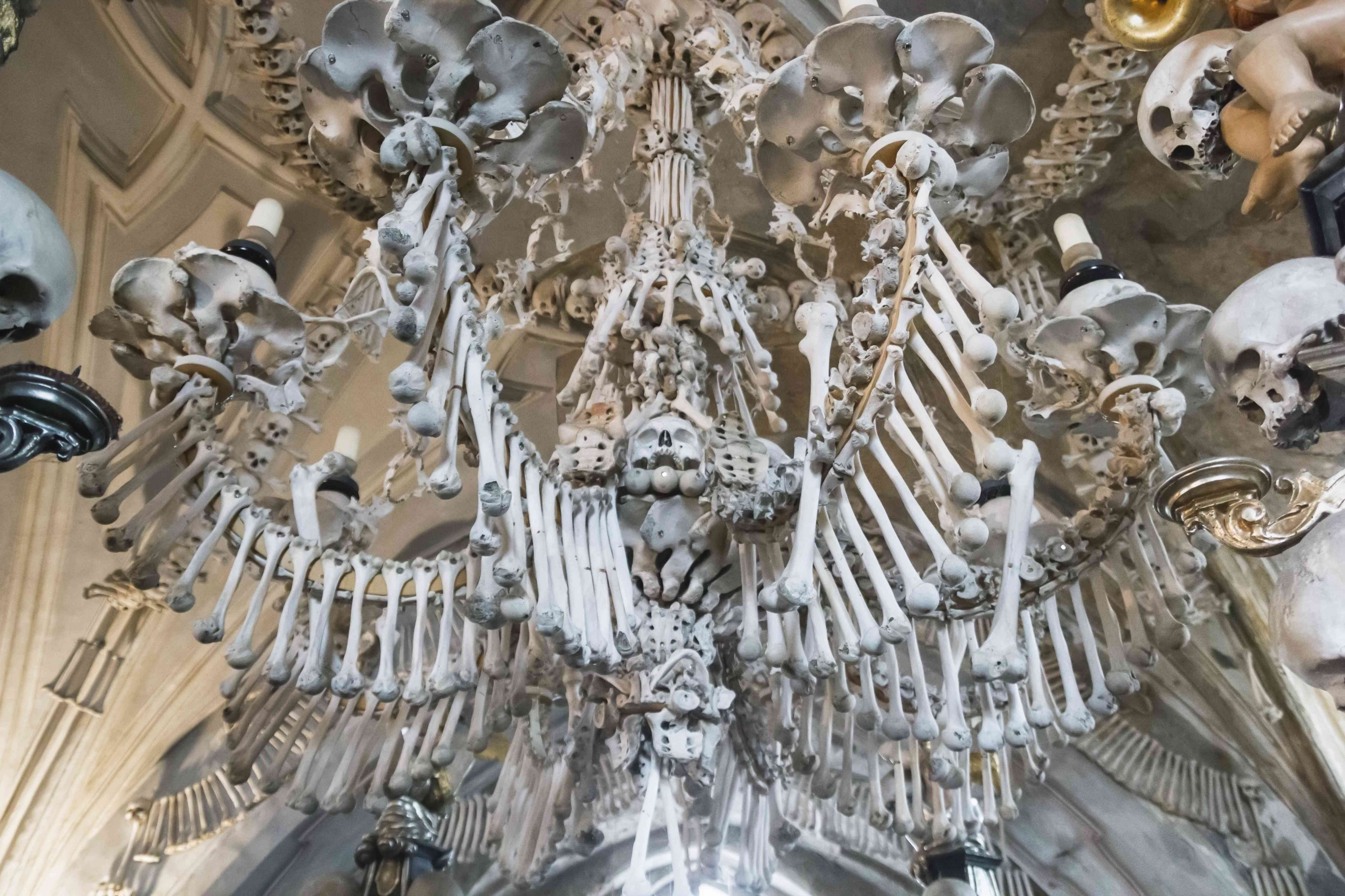 Iglesia Kostnice en Kutna Hora con decoración interior del osario de huesos y cráneos humanos