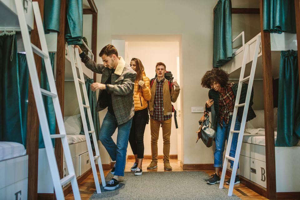 Jóvenes viajeros en una habitación de hostal