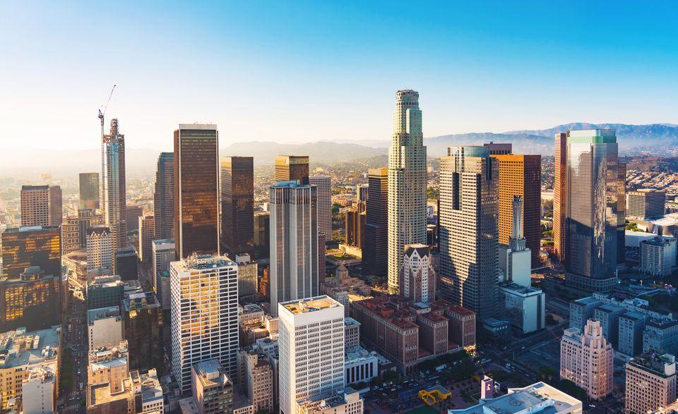 Vista aérea de un centro de Los Ángeles al atardecer