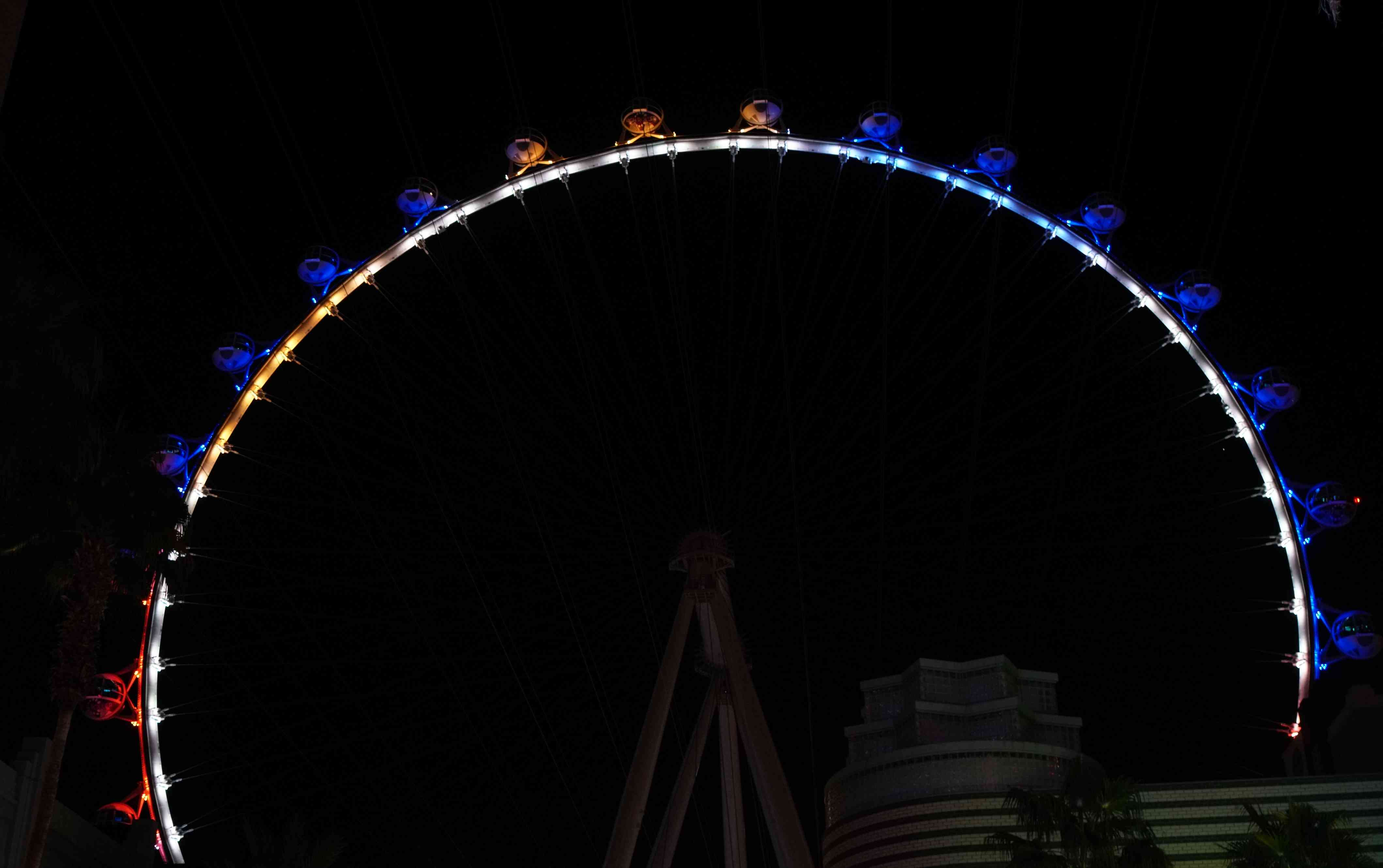 The high roller lit up at night