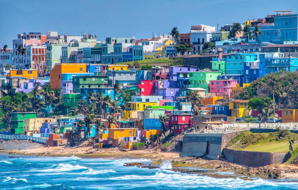 horizonte de coloridos edificios junto a la playa en Puerto Rico