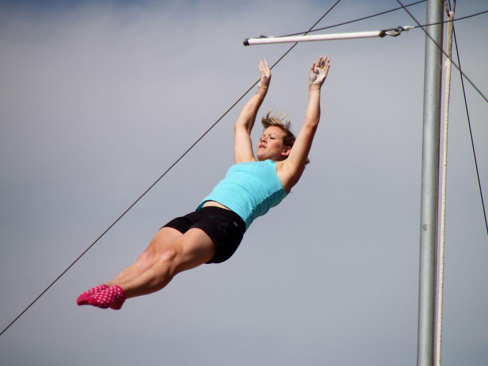 Una mujer que vuela desde un trapecio