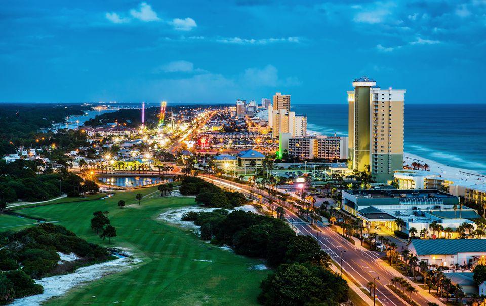 Panama City Beach, Florida, vista de Front Beach Road en la noche