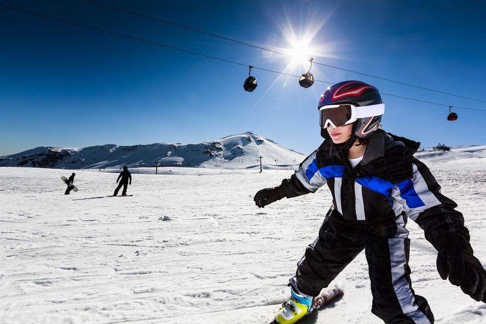 Niña esquiando en un día de sol brillante
