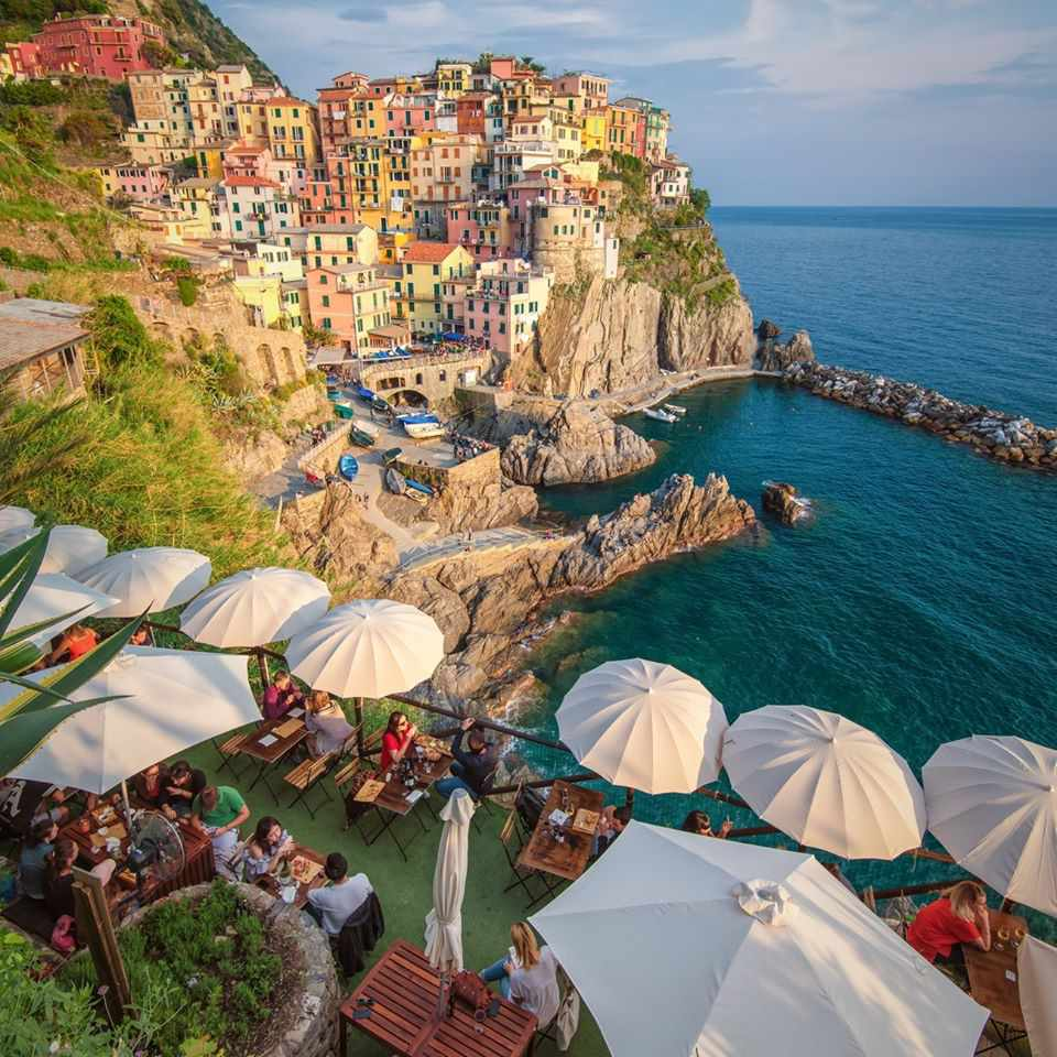 Terrace dining at Nessun Dorma, with view of Manarola