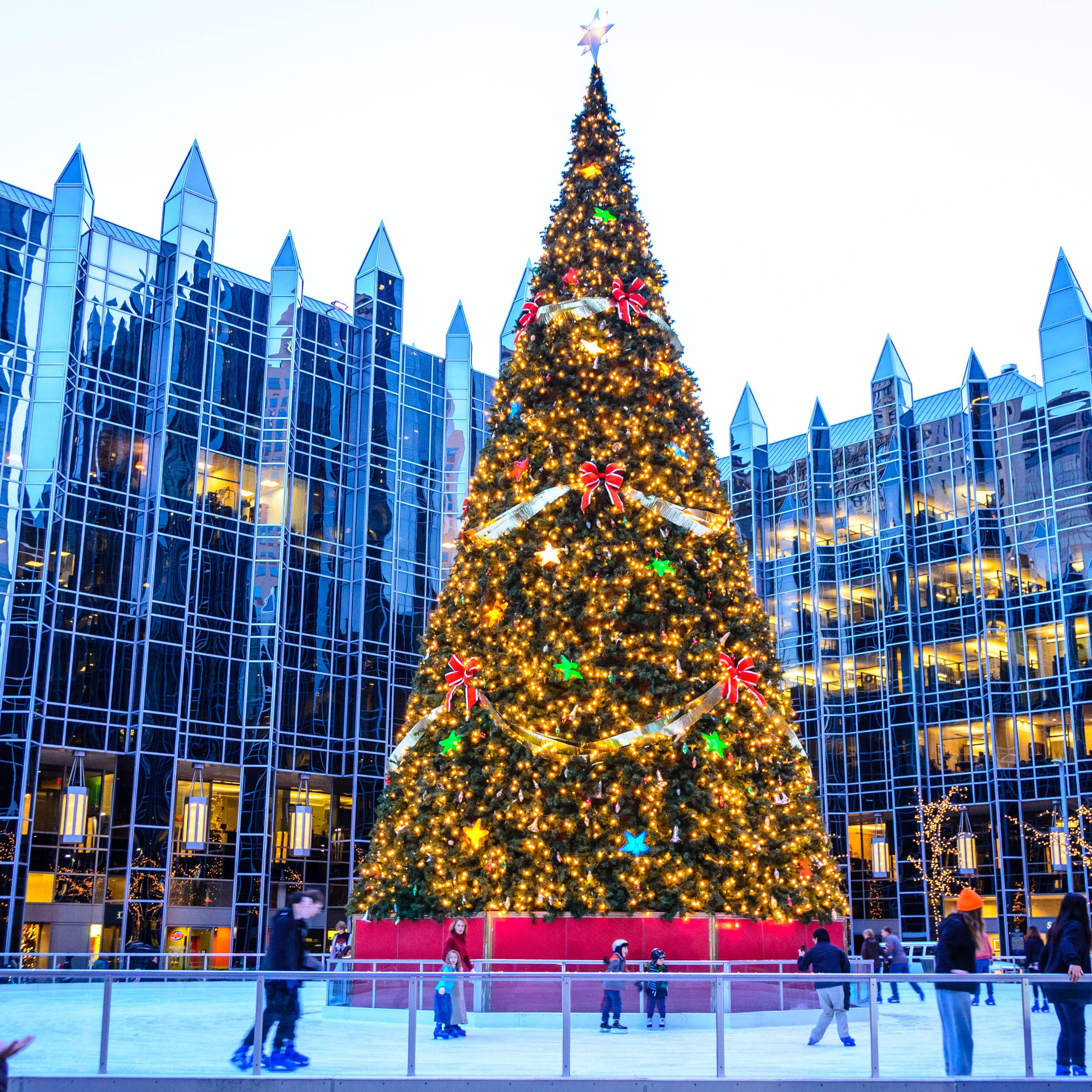 Christmas Ice Skating Rink Decoration.Skating In Downtown Pittsburgh At The Ppg Ice Rink