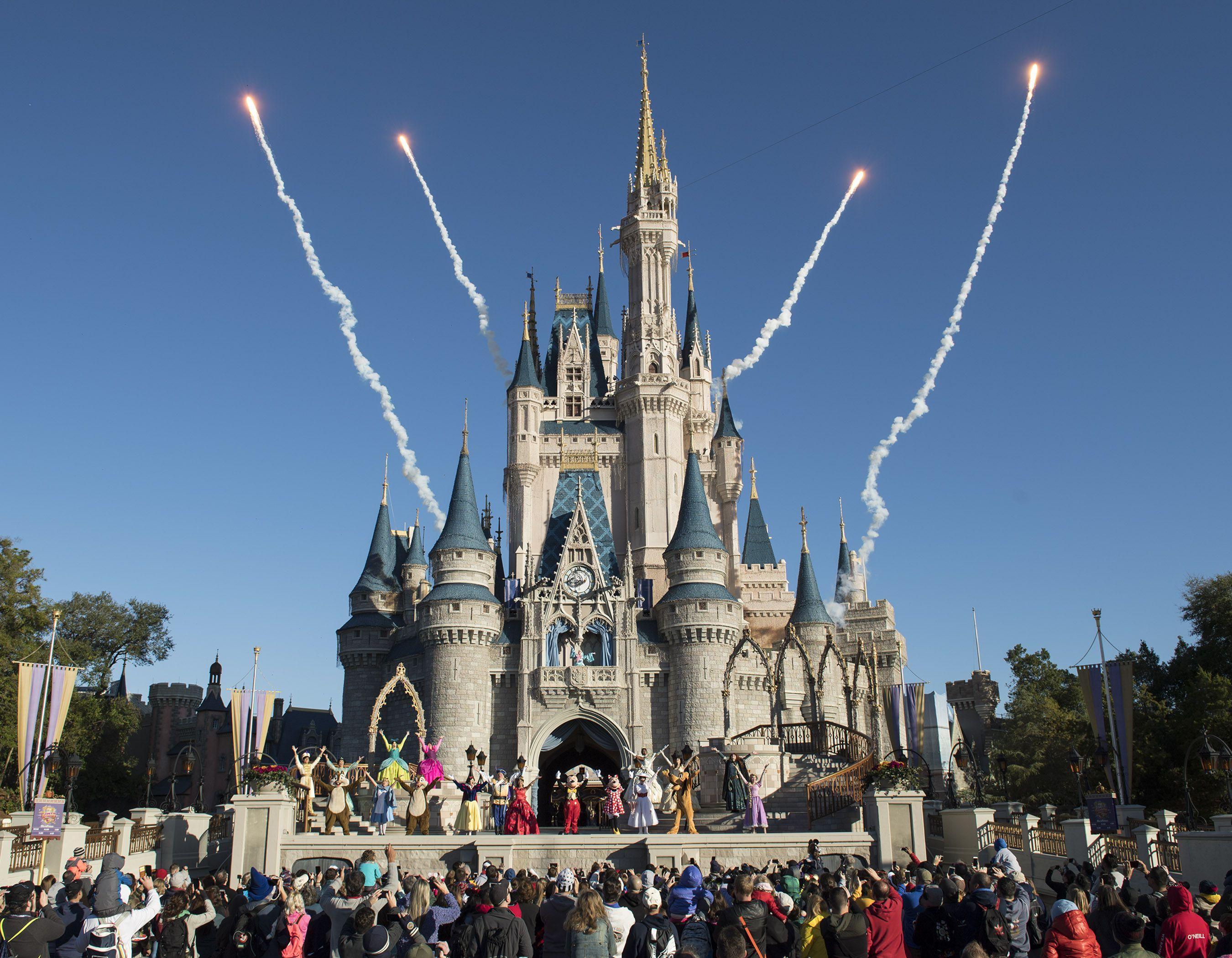Cada mañana tiene lugar un nuevo espectáculo de bienvenida en el escenario de la explanada del Castillo de Cenicienta en el Parque Magic Kingdom