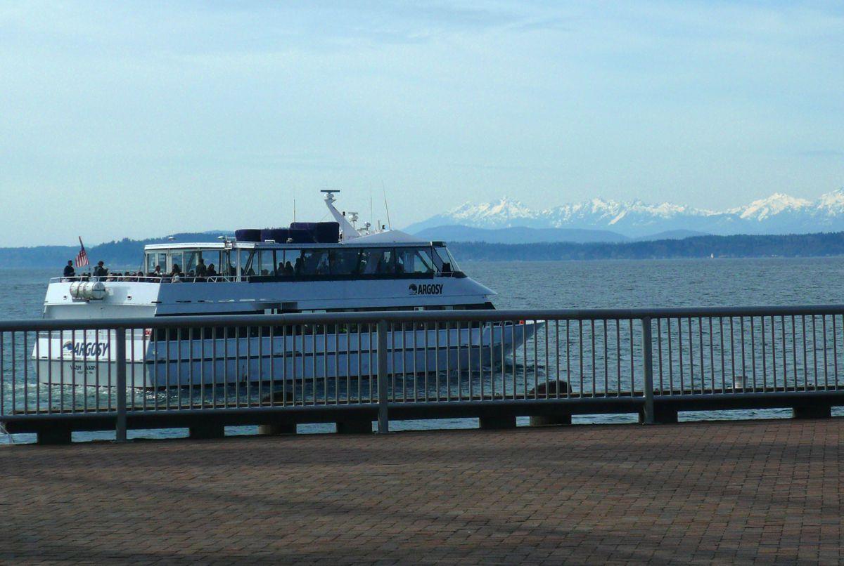 Barco de crucero Argosy con las montañas olímpicas en el fondo (Angela M. Brown 2013)