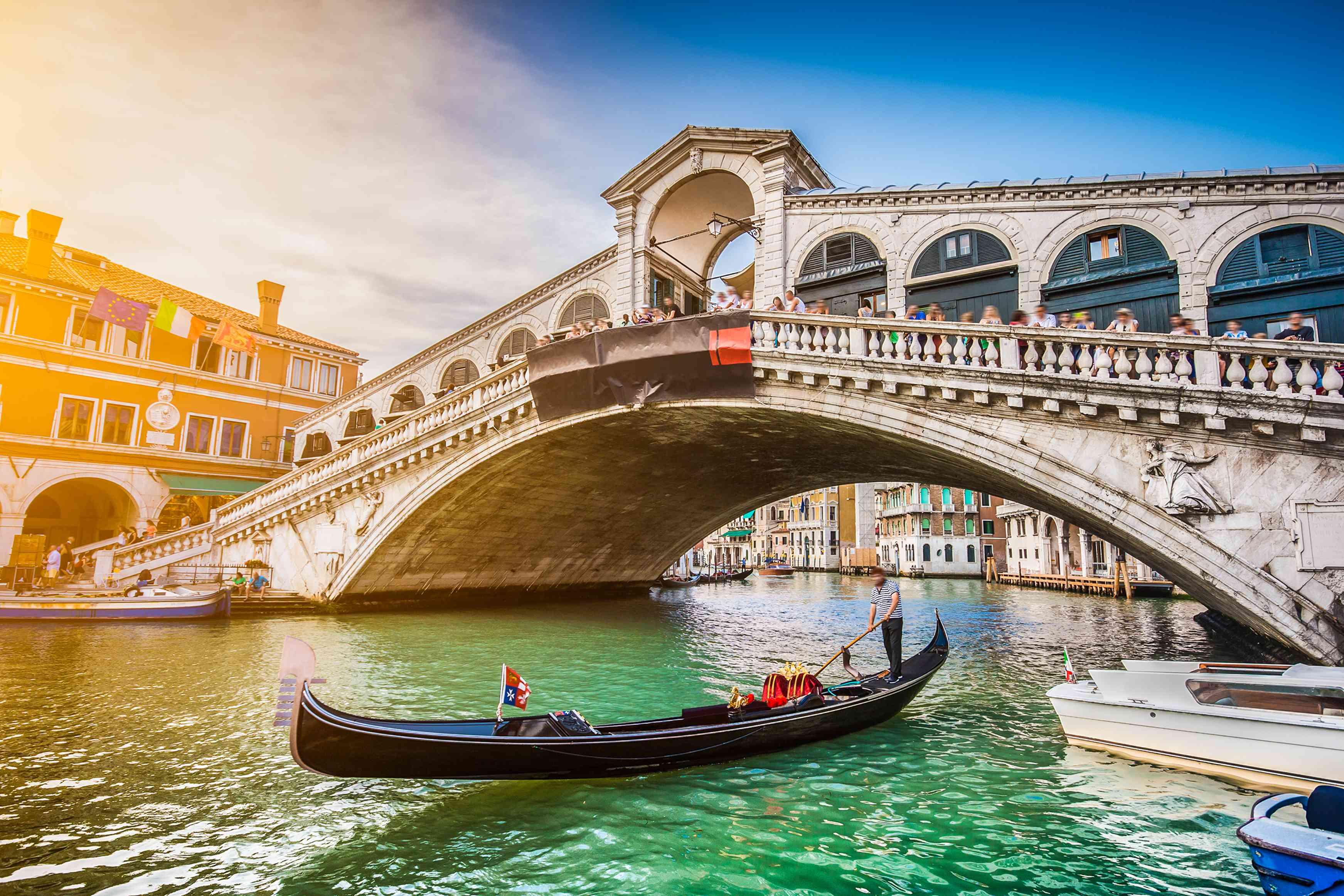 Góndola debajo del puente de los suspiros de Venecia