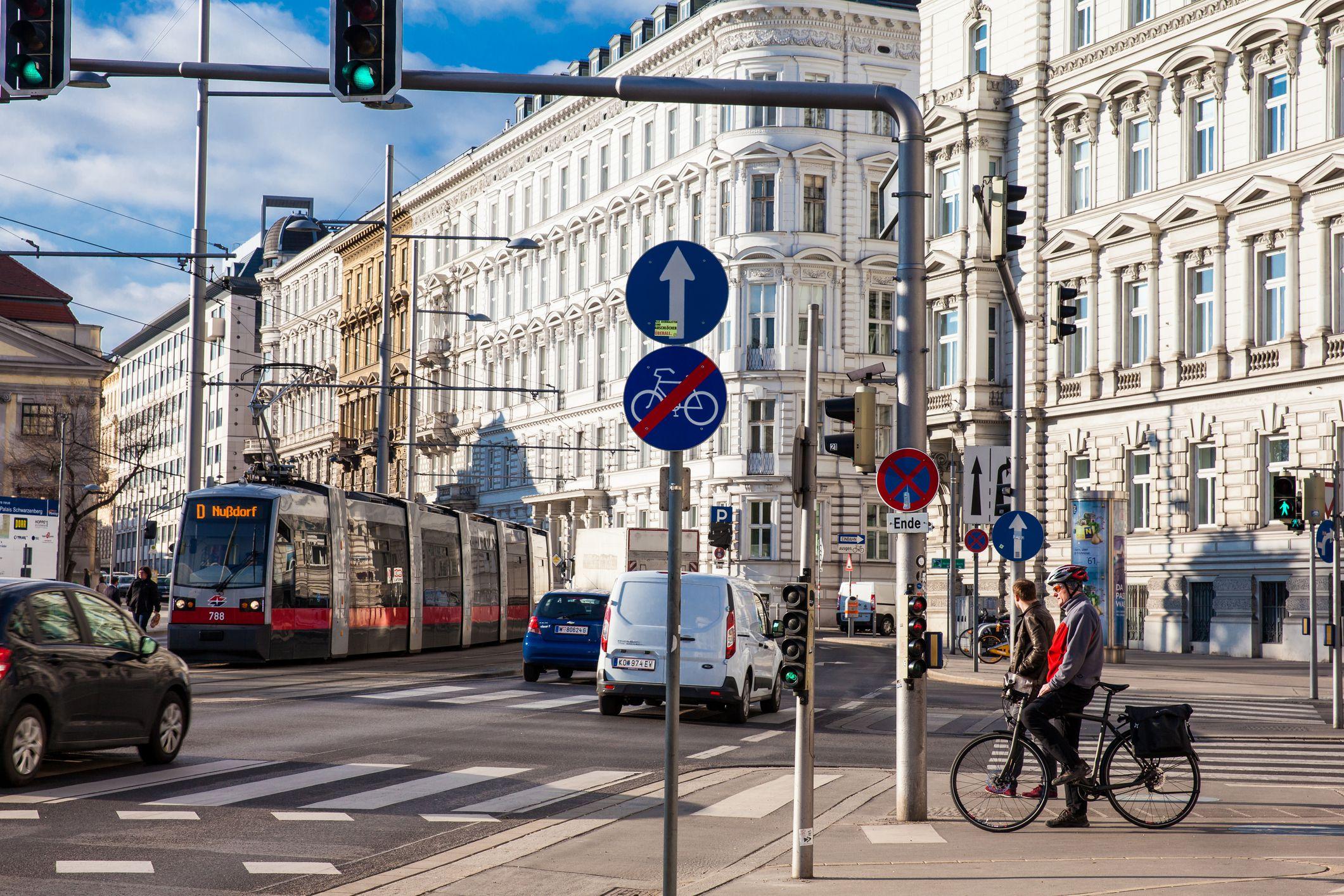 Vista de una hermosa calle de Viena con un motociclista en Schwarzenbergplatz