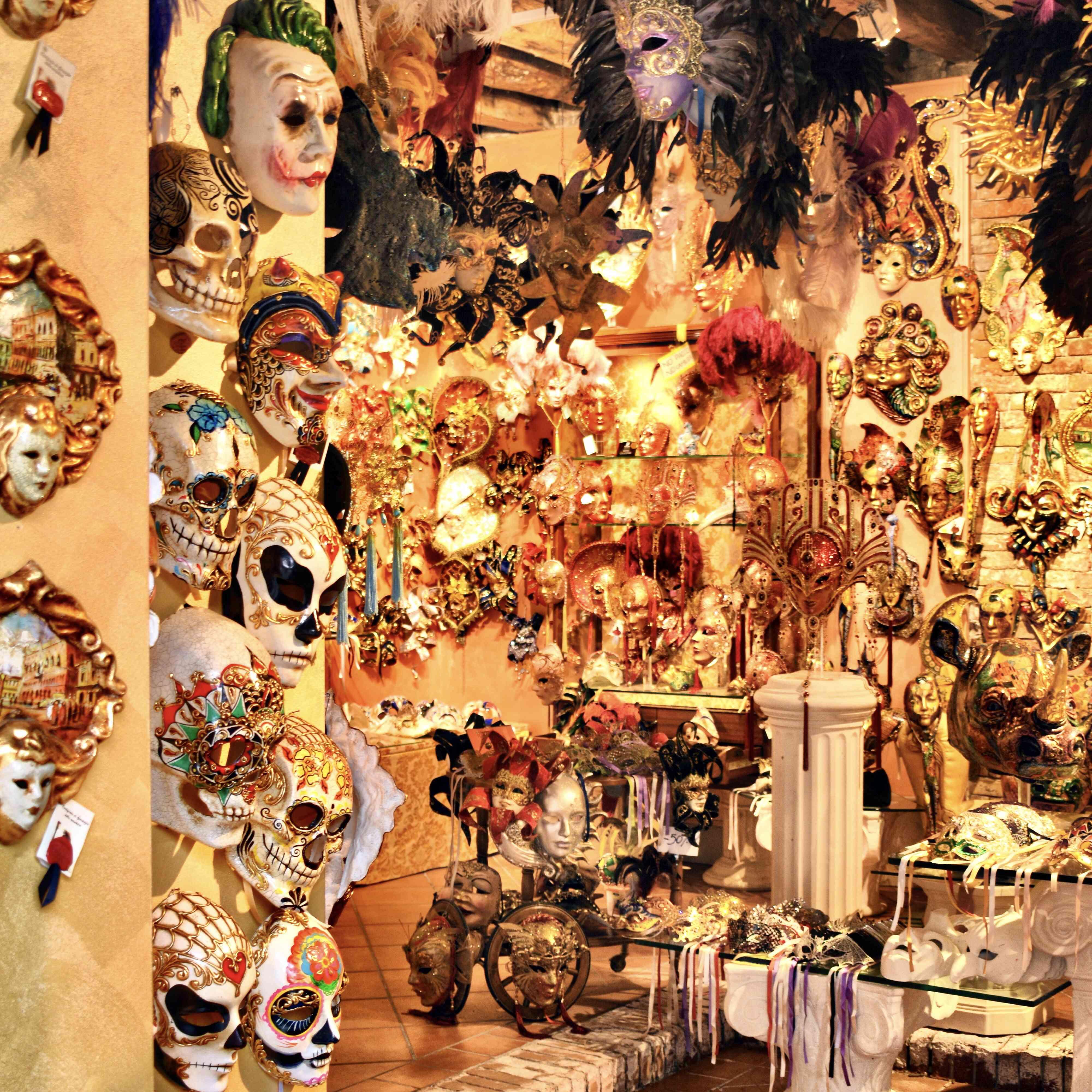 Máscaras en el souvenier tienda