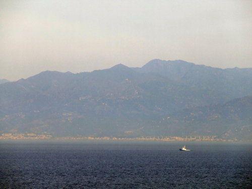 Vista del monte Etna y la isla de Sicilia desde el estrecho de Messina