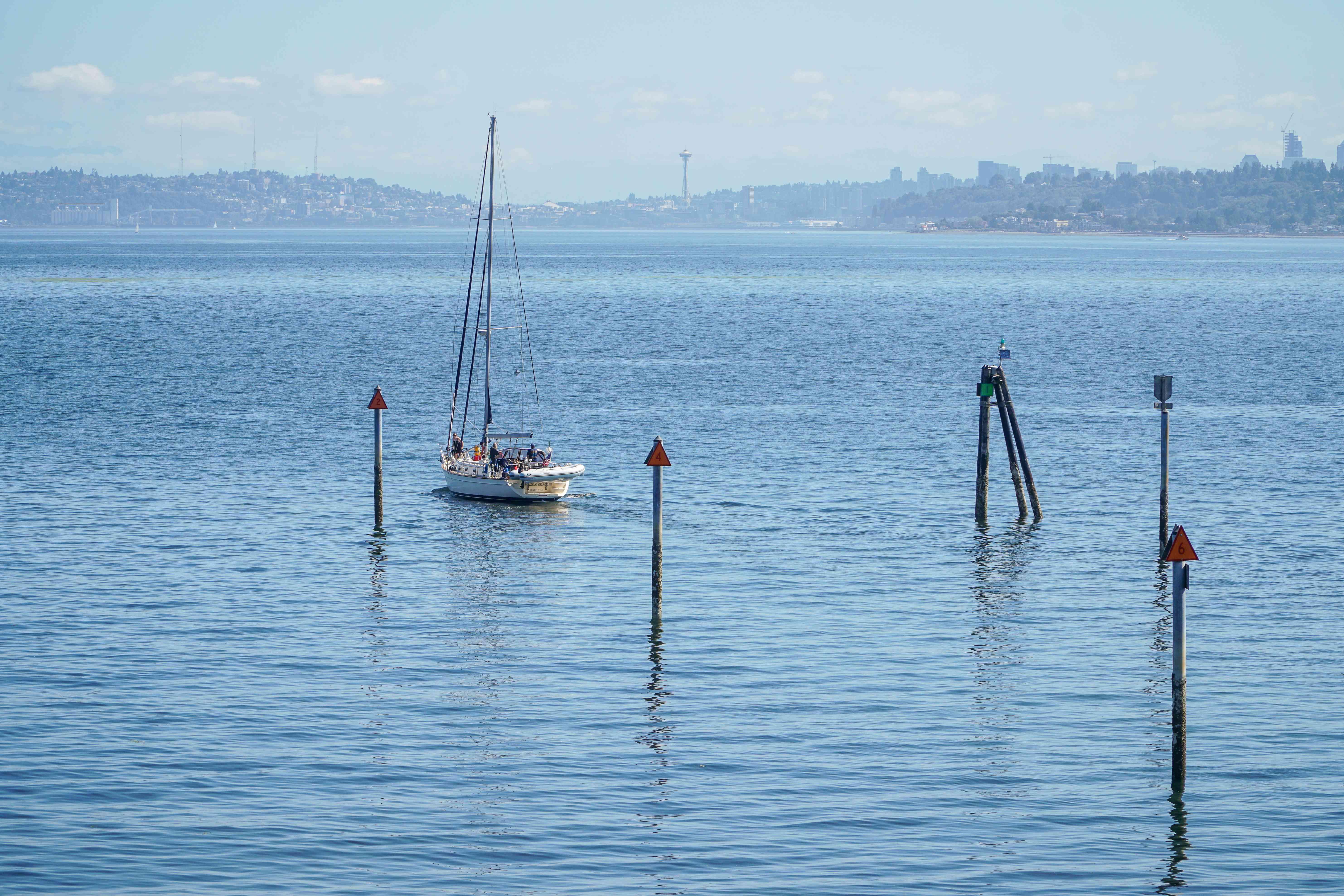 Un velero navegando por Seattle