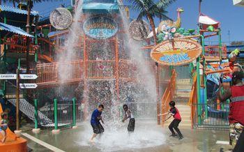 Six Flags Hurricane Harbor Water Park in LA
